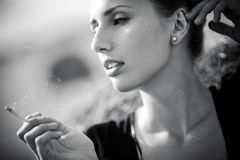 Jeune femme de fumage Photo stock