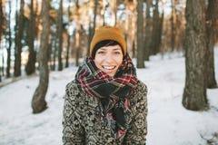 Jeune femme de hippie dans la forêt d'hiver ayant l'amusement Images stock