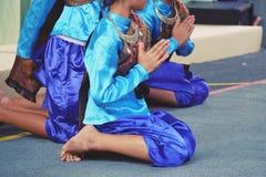 Jeune femme de l'Asie portant la robe traditionnelle du respect de salaire de la Thaïlande images libres de droits