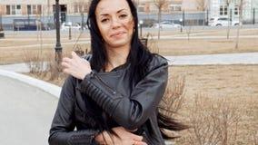 Jeune femme de latino marchant en parc d'automne dans la veste et le sourire de leaser banque de vidéos