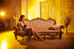 Jeune femme de luxe dans l'intérieur cher Fille avec des valeurs maximales de concentration au poste de travail impeccables Photo stock