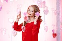Jeune femme de luxe en rouge Image libre de droits