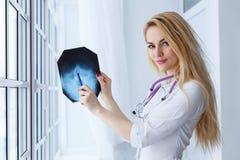Jeune femme de médecin se dirigeant sur le rayon X photos libres de droits