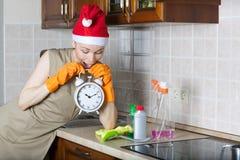 Jeune femme de ménage dans la cuisine Photographie stock
