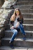 Jeune femme de mode avec l'appareil-photo se reposant sur des escaliers Photo libre de droits