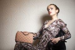 Jeune femme de mode avec le sac images stock