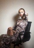 Jeune femme de mode avec le sac sur le papier peint photos libres de droits