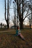 Jeune femme de mode détendant et appréciant le coucher du soleil près d'une rivière dans Bauska, Lettonie, 2019 photos stock