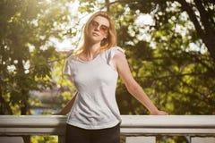 Jeune femme de mode en parc de ville Photo libre de droits