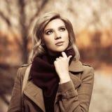 Jeune femme de mode marchant en parc d'automne image stock