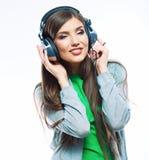 Jeune femme de mouvement avec la musique de écoute d'écouteurs Teena de musique Image libre de droits