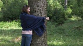 Jeune femme de naturaliste embrassant un bel arbre dans un concept affectueux de nature de hausse de montagne - banque de vidéos