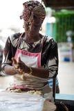 Jeune femme de pâtisserie préparant des boulettes photographie stock libre de droits