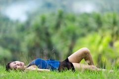 Jeune femme de Philippine détendant dessus photos stock