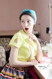 Jeune femme de pin-up drôle avec la machine à coudre Images stock