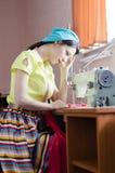 Jeune femme de pin-up drôle avec la machine à coudre Photo libre de droits