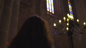 Jeune femme de portrait à l'intérieur de cathédrale foncée clips vidéos