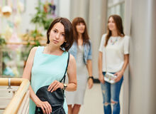 Jeune femme de portrait au centre commercial Photo stock