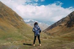 Jeune femme de randonneur se tenant dans la vallée de montagne Photo libre de droits
