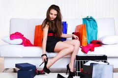 Jeune femme de Shopaholic Photos stock