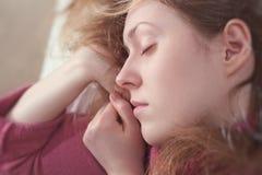Jeune femme de sommeil Photo stock