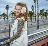 Jeune femme de sourire à Barcelone, Espagne examinant la distance Photo libre de droits