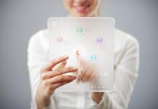Jeune femme de sourire à l'aide de l'ordinateur de tablette Images libres de droits