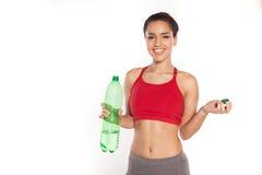 Jeune femme de sourire avec de l'eau l'eau en bouteille Photos stock