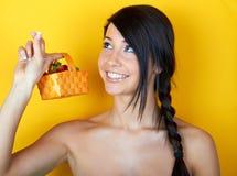 Jeune femme de sourire avec des fraises Images libres de droits