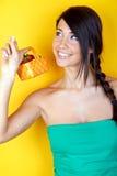 Jeune femme de sourire avec des fraises Images stock