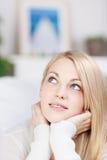 Jeune femme de sourire avec des mains sur Chin Photos stock