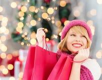 Jeune femme de sourire avec des sacs à provisions Photo stock