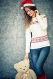 Jeune femme de sourire avec l'ours de nounours photographie stock libre de droits