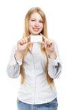 Jeune femme de sourire avec la carte de visite professionnelle de visite Photographie stock