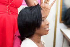 Jeune femme de sourire avec la coiffure gentille sur la tête images libres de droits