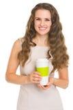 Jeune femme de sourire avec la cuvette de café Photo libre de droits