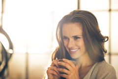 Jeune femme de sourire avec la cuvette de café Images stock