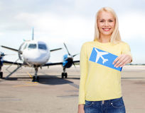 Jeune femme de sourire avec le billet d'avion Images libres de droits