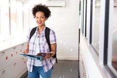 Jeune femme de sourire avec le dossier dans le bureau Image stock