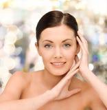 Jeune femme de sourire avec les épaules nues Photographie stock