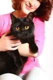 Jeune femme de sourire avec un chat britannique d'isolement sur le backgro blanc photos stock