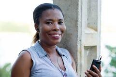 Jeune femme de sourire avec un t?l?phone portable image libre de droits