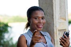 Jeune femme de sourire avec un t?l?phone portable photo stock