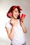 Jeune femme de sourire avec une lucette et une cuvette posant en fonction images libres de droits