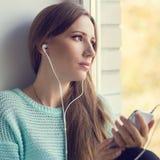 Jeune femme de sourire ayant l'amusement avec écouter la musique images libres de droits