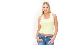 Jeune femme de sourire blonde avec la robe verte d'isolement sur le blanc Photos libres de droits