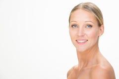 Jeune femme de sourire blonde avec la robe verte d'isolement sur le blanc Photo stock