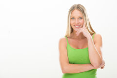 Jeune femme de sourire blonde avec la robe verte d'isolement sur le blanc Images stock