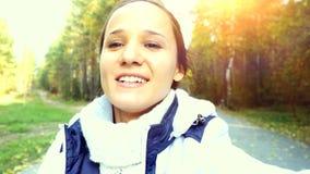 Jeune femme de sourire conduisant ATV en parc 3840x2160 banque de vidéos