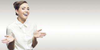 Jeune femme de sourire d'affaires photo stock